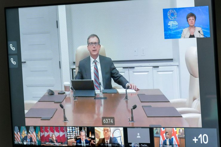 Screen shot of Governor Macklem sitting in a board room, taking part in a virtual meeting.